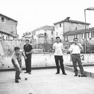 """Franco Coggiola con Amedeo Merli, Delio Chittò e Policarpo Lanzi del Gruppo Padano di Piàdena durante la """"Ricerca Urbana"""", Milano 1966. Foto © Riccardo Schwamenthal / CTSimages – Phocus"""