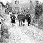 """Romolo Fioroni accompagna tre maggerini con il costume dei """"malandrini"""" – Campagna di ricerca sui Maggi – Costabona 1966 – Foto © Giorgio Vezzani"""