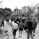 La Banda di Cinquecerri di Ligonchio e Maggerini in marcia – Giuseppe Morandi con la macchina da presa – Campagna di ricerca sui Maggi – Costabona 1966 – Foto © Giorgio Vezzani