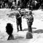 Mario Prati [con il cappello] e Romolo Fioroni alla Carbonaia – Campagna di ricerca sui Maggi – Costabona 1966 – Foto © Giorgio Vezzani