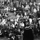 """""""Cilene alla città del sole"""" – Il pubblico alla Carbonaia – Campagna di ricerca sui Maggi, Costabona 1966. Foto © Riccardo Schwamenthal / CTSimages.com – Phocus"""