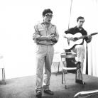 Ivan Della Mea con Gaspare De Lama alla chitarra alla Casa della Cultura, Milano, 1965. Foto © Riccardo Schwamenthal / CTSimages – Phocus
