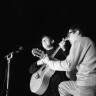 Ivan Della Mea con Rudi Assuntino al Folk Festival 1, Parco Basso di Venaria Reale (To), 1965. Foto © Riccardo Schwamenthal / CTSImages – Phocus
