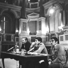 """Ivan Della Mea (a destra) con Tullio Savi e Franco Coggiola al convegno """"Bosio oggi: rilettura di un'esperienza"""" - Teatro Bibiena, Mantova, 10 marzo 1975 - Foto © Riccardo Schwamenthal / CTSimages.com - Phocus"""