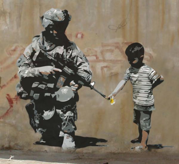 Banksy - Bambino che infila un fiore nella canna del fucile di un soldato - 2007 - Stencil su muro - Betlemme