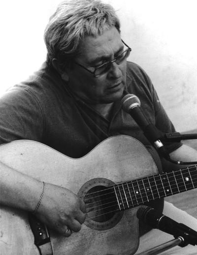 Ivan Della Mea con la chitarra